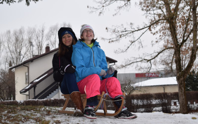 Izkoristili smo prvi sneg in se po hribu spustili s sanmi!/ Kihasználtuk az első hót!