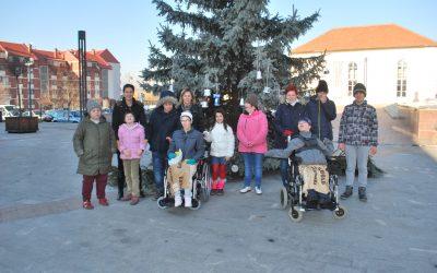 Krašenje jelke pred kulturnim domom/ A fenyőfa díszítése a kultúrotthon előtt