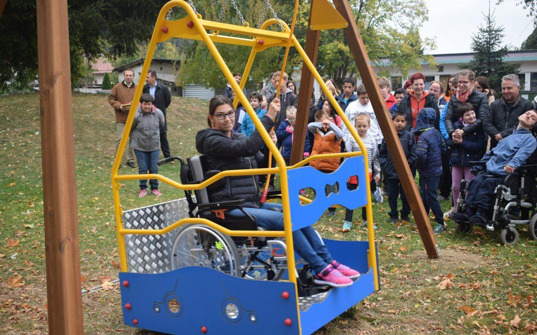 Kerekesszékes hinta átadása/ Predaja gugalnice za otroke na invalidskem vozičku
